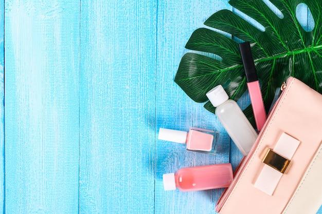 Kosmetik in einer rosa kosmetiktasche. Premium Fotos