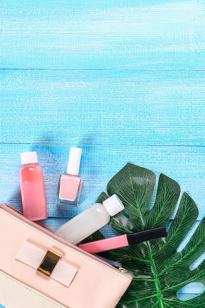 Kosmetiktasche auf einem blauen hintergrund Premium Fotos