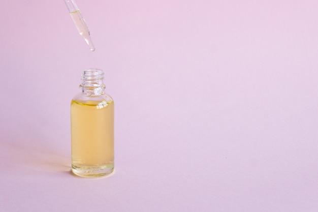 Kosmetisches ätherisches öl in einer glasflasche mit einer pipette. Premium Fotos