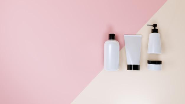 Kosmetisches flaschenmodell stellte auf rosa, wiedergabe 3d ein. Premium Fotos