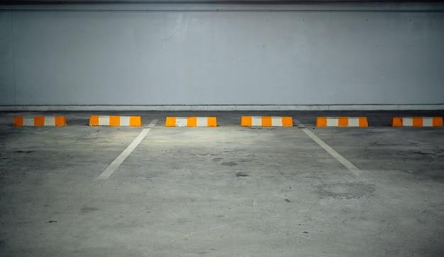 Kostenlose parkplätze mit gelb-weißen absperrungen. Premium Fotos