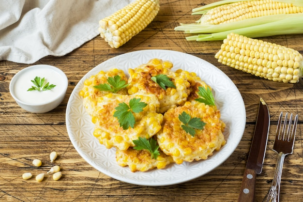 Koteletts von den körnern des in büchsen konservierten mais mit petersilie auf einer platte. Premium Fotos