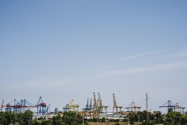 Kräne von hafenarbeitern im seehafen von valencia im mittelmeer Premium Fotos