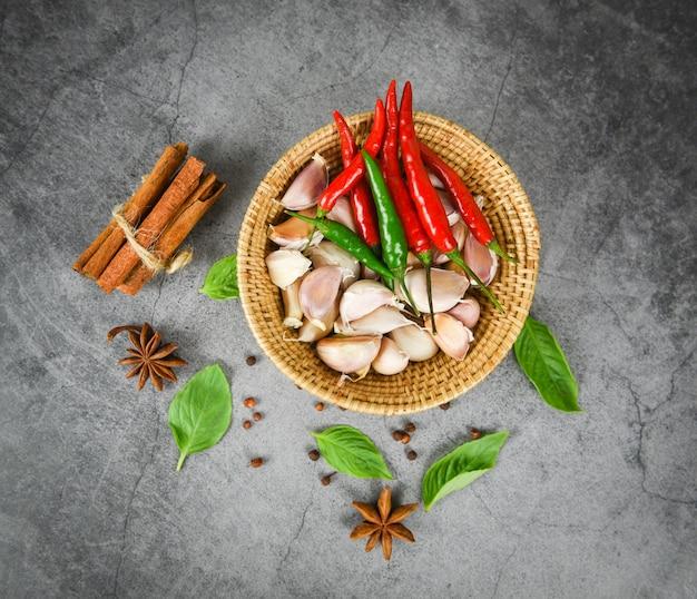 Kräuter- und gewürzbestandteile asiatische würzige suppe des thailändischen lebensmittels Premium Fotos