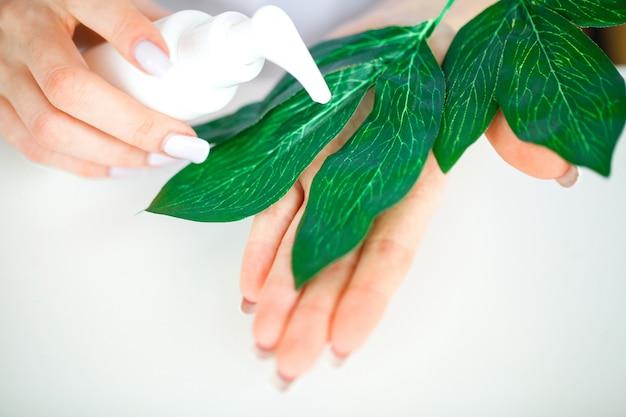 Kräutermedizin. der wissenschaftler und dermatologe stellen im labor das natürliche kräuterkosmetikprodukt her. beauty gesunde hautpflege-konzept. creme, serum. Premium Fotos