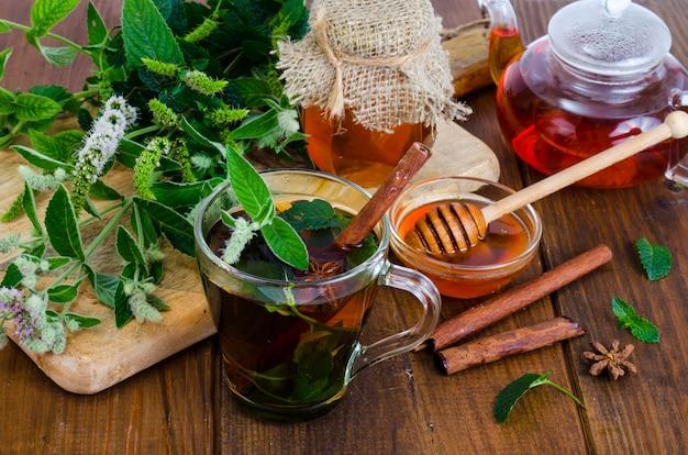 Kräutertee mit minze und honig. foto Premium Fotos