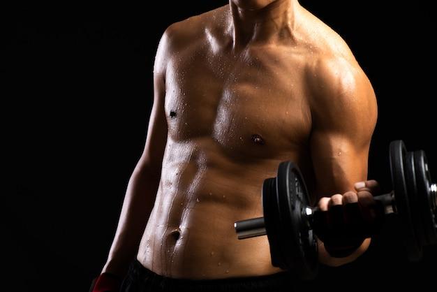 Kraftfitnesskörper mit hantel. bodybuilder und muskelkonzept. Premium Fotos