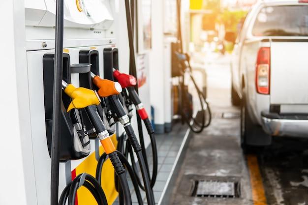 Kraftstoffdüse zum nachfüllen von kraftstoff im auto an der tankstelle. Premium Fotos