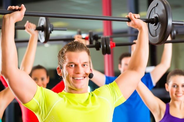 Krafttraining im fitnessstudio mit hanteln Premium Fotos