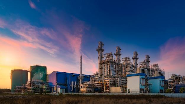 Kraftwerk für industriegebiet in der dämmerung, erdgas-kombikreislauf, kraftwerk und turbinengenerator. energiekraftwerk der industriellen raffinerie öl und gas in der dämmerung zur stromversorgung Premium Fotos
