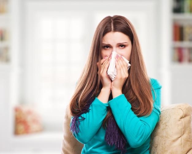 Kranke frau.flu.frau erkältet. in gewebe niesen. Premium Fotos