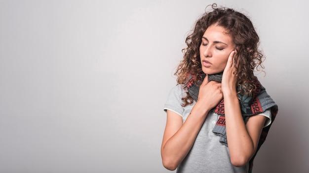 Kranke frau mit woolen schal um ihren hals, der unter grippe leidet Kostenlose Fotos