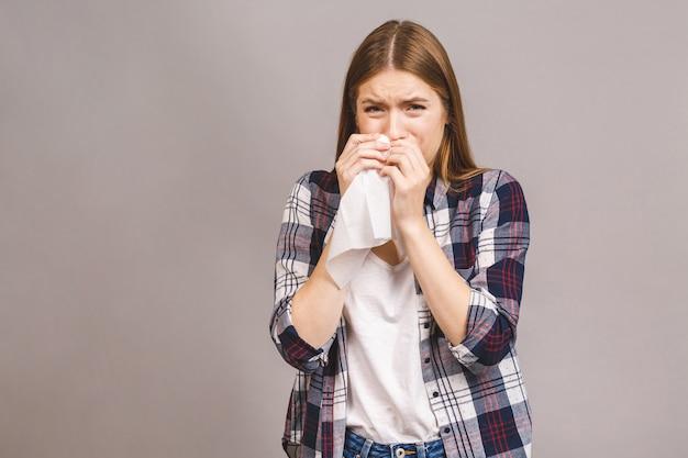 Kranke junge blonde frau in lässigen halsschmerzen, halsschmerzen, schmerzhaftem schluckkonzept. entzündung der oberen atemwege. Premium Fotos