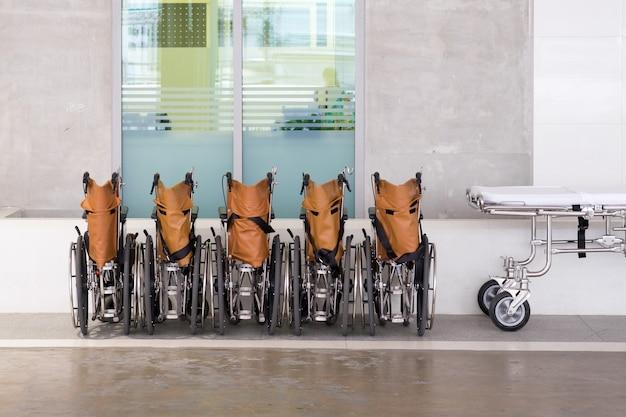 Krankenhausrollstühle aufgereiht mit bett Premium Fotos