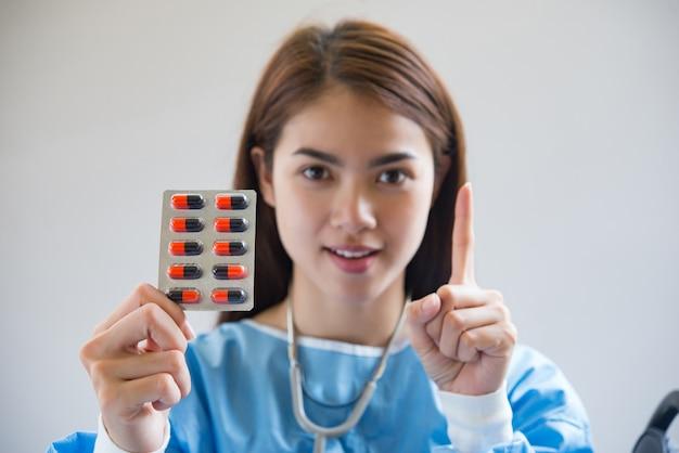 Krankenschwester, die medikamente gibt Kostenlose Fotos