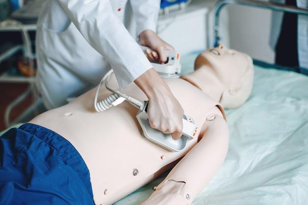 Krankenschwester mit einer medizinausrüstung. frau führt eingriffe in der station durch. Kostenlose Fotos