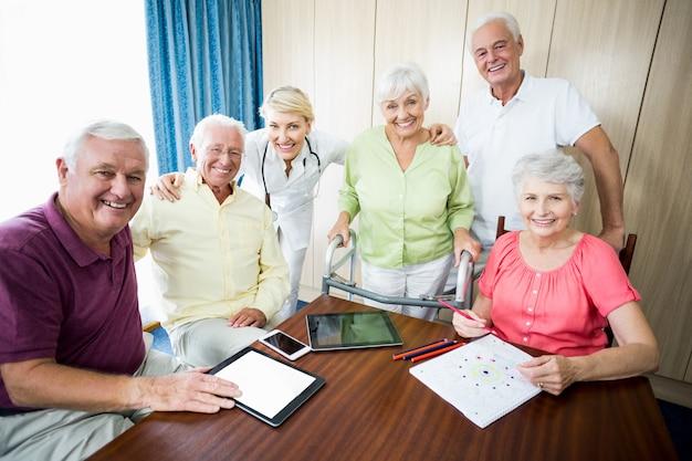 Krankenschwester und senioren stehen zusammen Premium Fotos