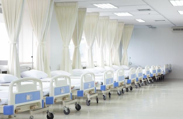 Krankenstation mit betten und medizinischer ausrüstung Premium Fotos