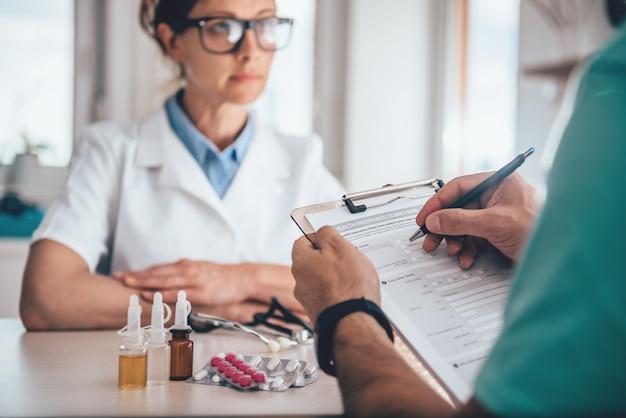 Krankenversicherung antragsformular für patienten Premium Fotos