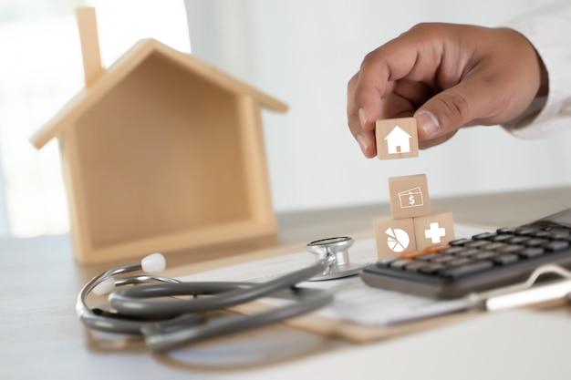 Krankenversicherung hausversicherung oder darlehen konzeptionelle bild von immobilien immobilienmakler im gesundheitswesen medizinische Premium Fotos