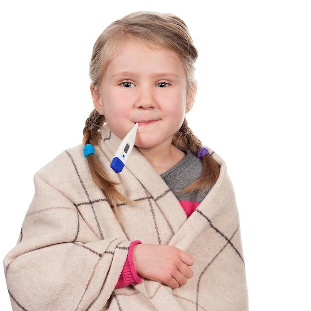 Krankes kind mit einem thermometer auf leerraum Kostenlose Fotos
