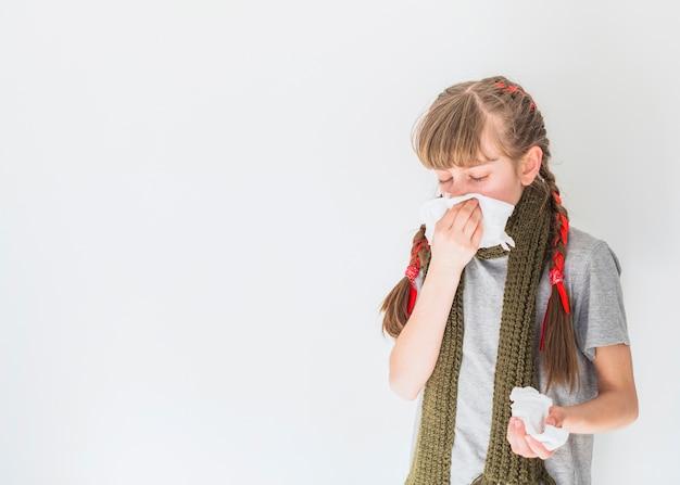 Krankes mädchen putzt sich die nase Kostenlose Fotos
