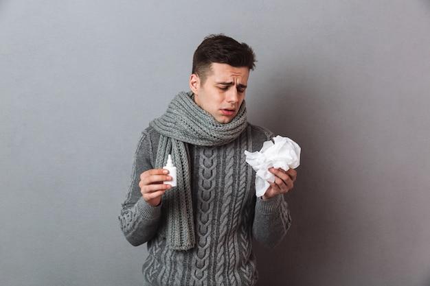 Krankheitsmann, der die warme schalstellung lokalisiert trägt Kostenlose Fotos
