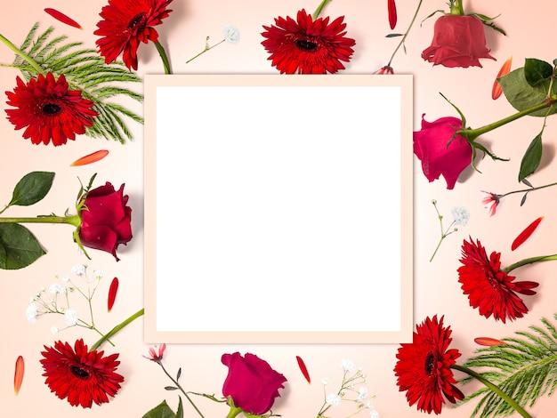 Kreative blumenkomposition aus roten blumen mit kopierraum, rechteckiger form, blumenhintergrund, glücklichem valentinstag, muttertag, flacher lage, draufsicht Premium Fotos