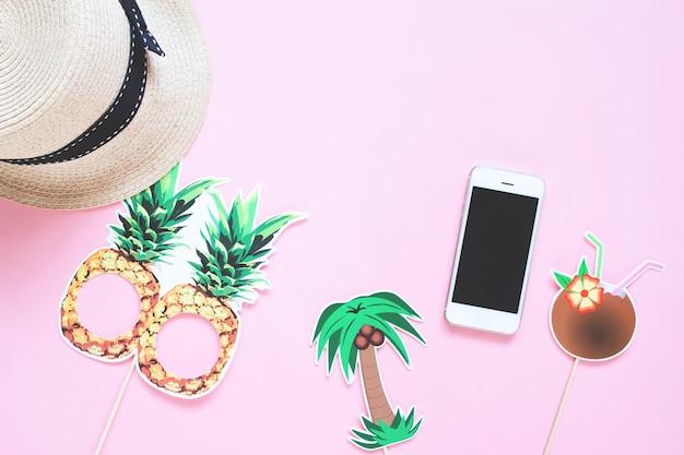 Kreative ebenenlage des sommerkonzeptes mit intelligentem telefon auf farbhintergrund Premium Fotos