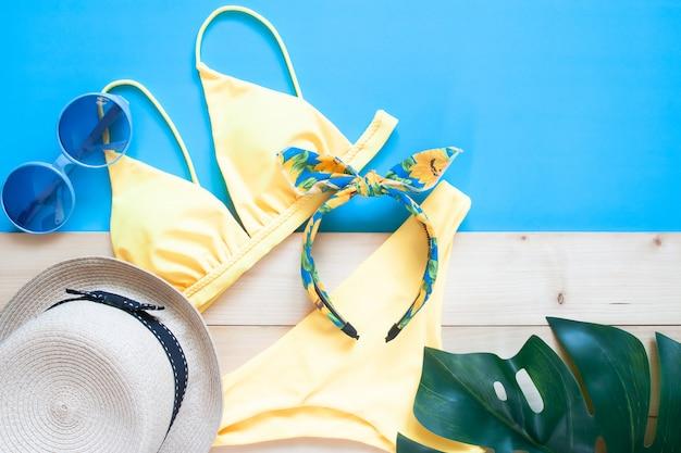 Kreative flachlage aus trendigem bikini und sommeraccessoires. reiseferienkonzept Premium Fotos