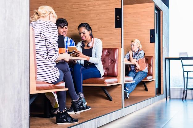 Kreative geschäftsleute im coworking space Premium Fotos