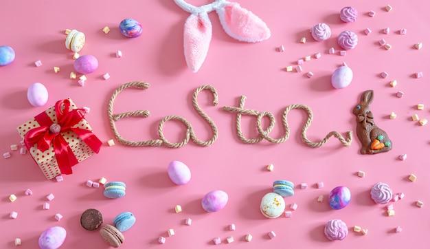 Kreative inschrift ostern auf einem rosa hintergrund. Kostenlose Fotos