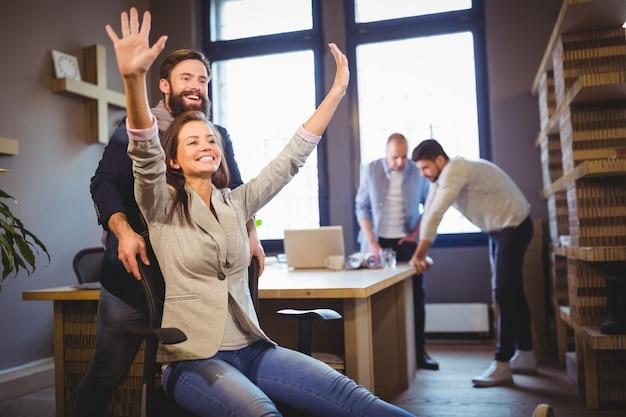 Kreative mitarbeiter genießen im büro Premium Fotos