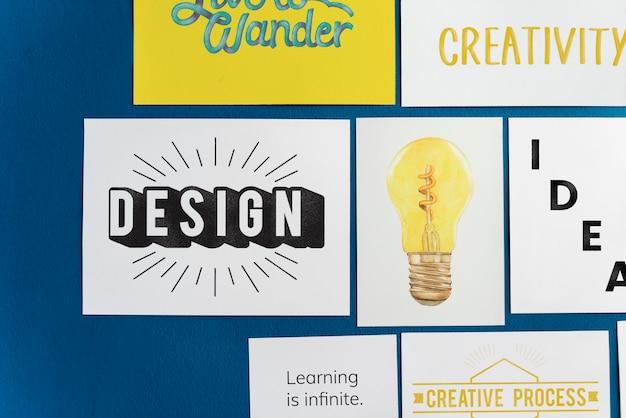 Kreative postkarte stellte auf eine blaue wand ein Kostenlose Fotos