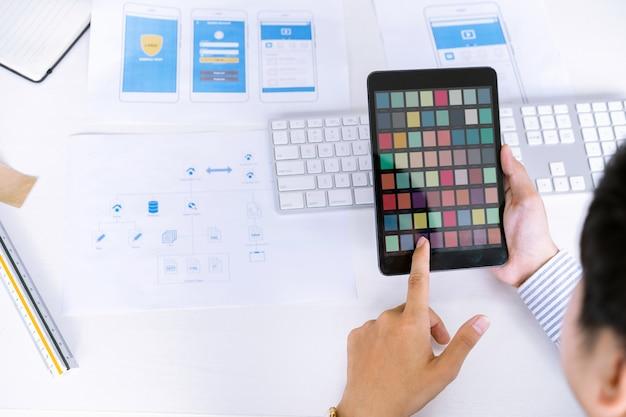 Kreative ux ui-designer wählen farbmuster für die gestaltung des bildschirmlayouts für mobile anwendungen aus. Premium Fotos