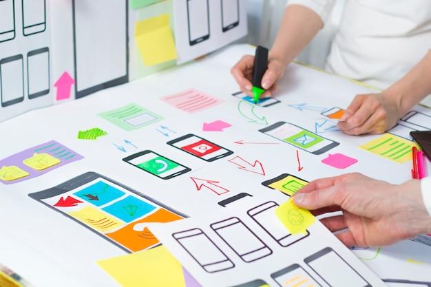 Kreative web-anwendungsentwicklung für mobiltelefone. Premium Fotos