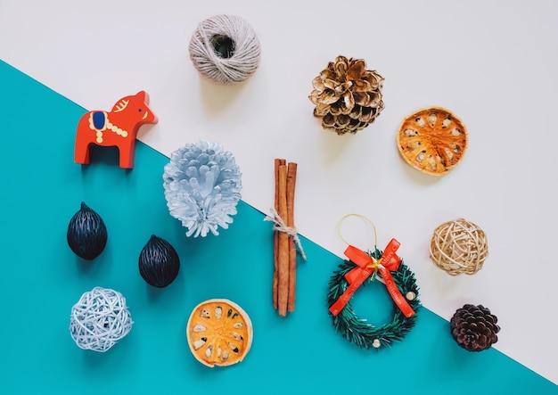 Kreative Wohnung legen von Weihnachtsschmuck und Handwerk Objekte im ...