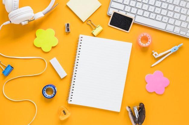 Kreativer arbeitsbereich mit notizbuch in der mitte Kostenlose Fotos