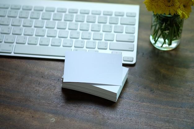 Kreativer Arbeitsbereich weiße Namenskarte auf dem Schreibtisch mit Tastatur Kostenlose Fotos