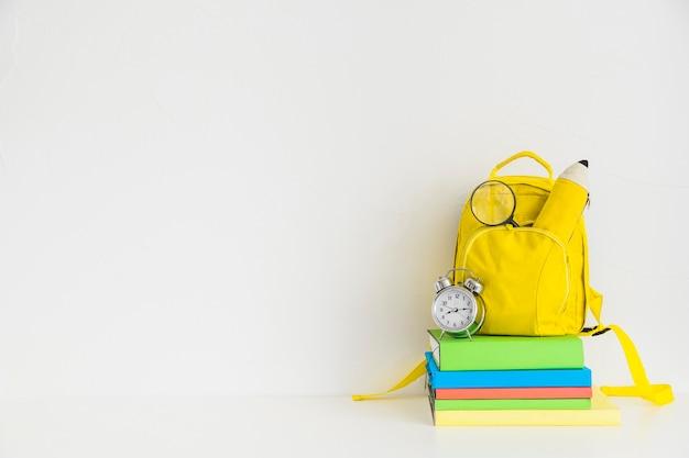 Kreativer arbeitsplatz mit gelbem rucksack und notizbüchern Kostenlose Fotos