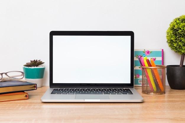 Kreativer arbeitsplatz mit laptop auf schreibtisch Premium Fotos