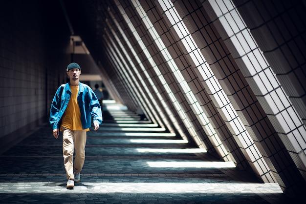 Kreativer designerlebensstil, gehend in die stadt Premium Fotos