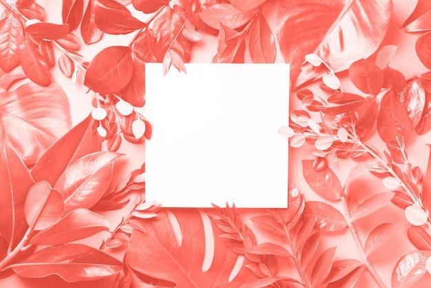 Kreativer hintergrund gemacht von den tropischen blättern. flach liegen. ansicht von oben. Premium Fotos