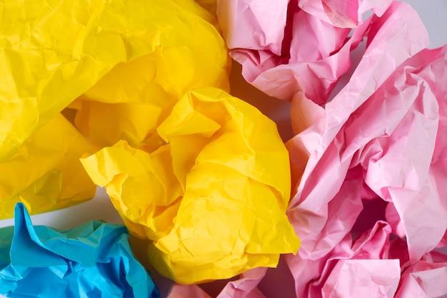 Kreativer ideenkonzepthintergrund mit buntem zerfallenem papierball Premium Fotos