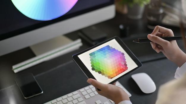 Kreativer künstler des webdesigns mit dem arbeiten an farbauswahl auf grafischer tablette. Premium Fotos