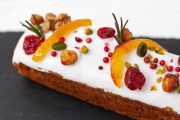 Kreativer osterkuchen mit nüssen, trockenfrüchten, kandierten früchten und gewürzen. frohe ostern-konzept. nahansicht. makro. selektiver fokus Premium Fotos