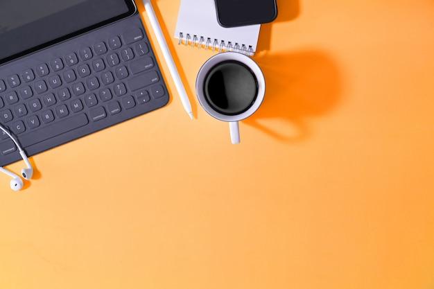Kreativer pastellschreibtisch des büros mit versorgungen und kopienraum Premium Fotos