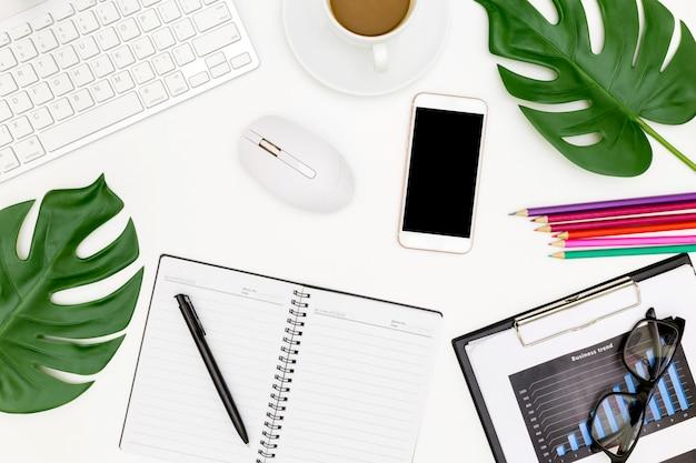 Kreatives flaches lagefoto des modernen arbeitsplatzes mit laptop, draufsichtlaptophintergrund und kopienraum auf weißem hintergrund, über der ansicht geschossen von den computern auf weißem hintergrund Premium Fotos