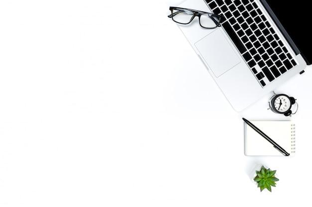 Kreatives flachgelegtes foto des modernen arbeitsplatzes mit laptop, draufsichtlaptophintergrund und kopienraum auf weißem hintergrund, Premium Fotos