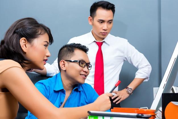 Kreatives geschäft asien, team meeting im büro Premium Fotos